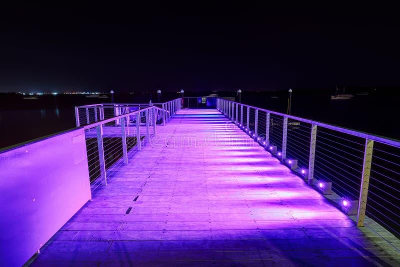 Пристань на ноче, с фиолетовым освещением стоковые фото