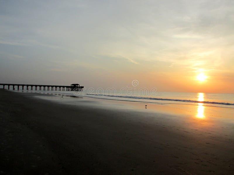 Пристань пляжа на восходе солнца стоковое фото