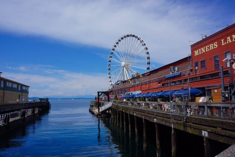 Пристань портового района Сиэтл с большим колесом стоковая фотография