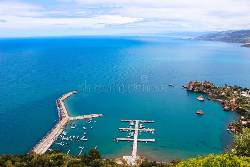 Пристань прибрежным сицилийским городом Cefalu сверху на пасмурный день Причал был принят от смежных холмов стоковые изображения