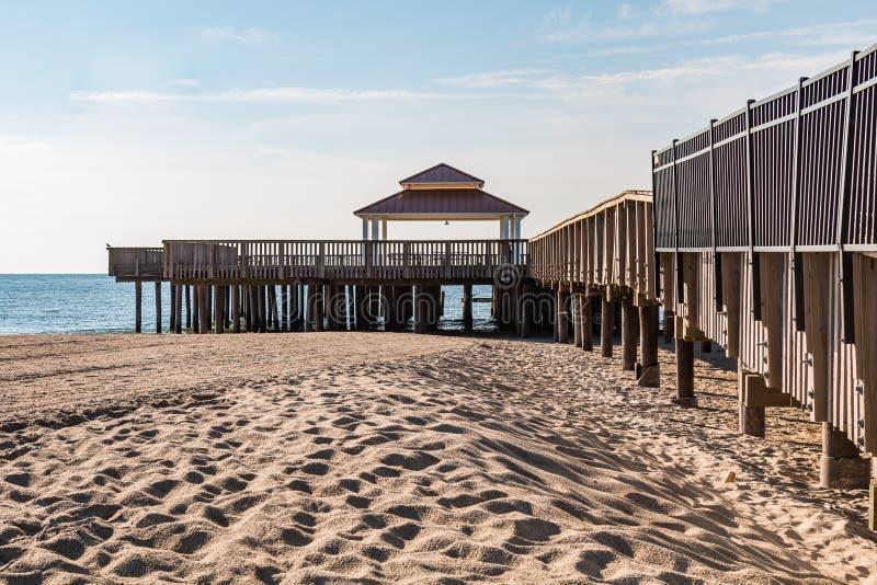 Пристань просмотра пляжа Buckroe общественная в Hampton, VA стоковые фотографии rf