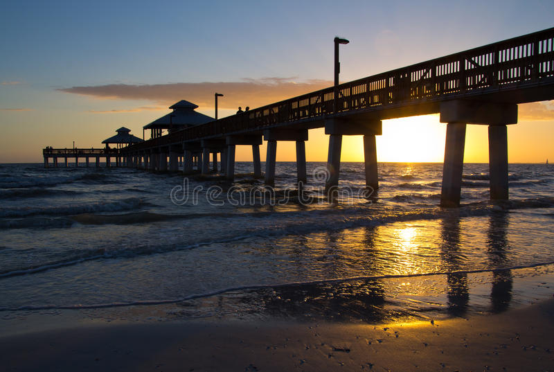Пристань пляжа Fort Myers, заход солнца стоковая фотография rf