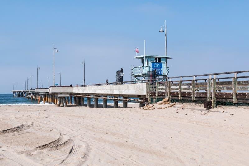 Пристань рыбной ловли пляжа Венеции посещения людей в Los Angeles County стоковые фотографии rf