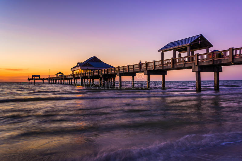 Пристань рыбной ловли в Мексиканском заливе на заходе солнца, пляж Clearwater, стоковые фотографии rf
