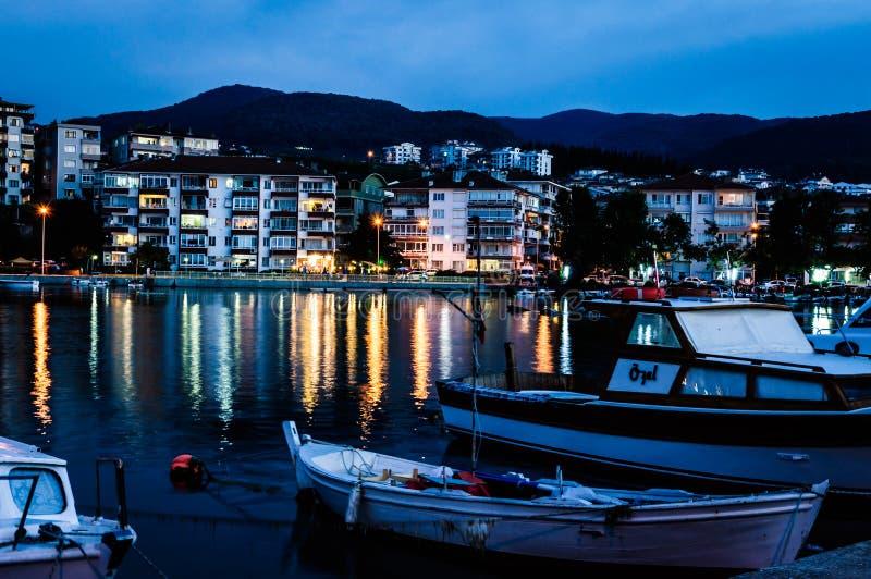 Пристань рыболовов на городке после захода солнца - Турции взморья стоковое фото