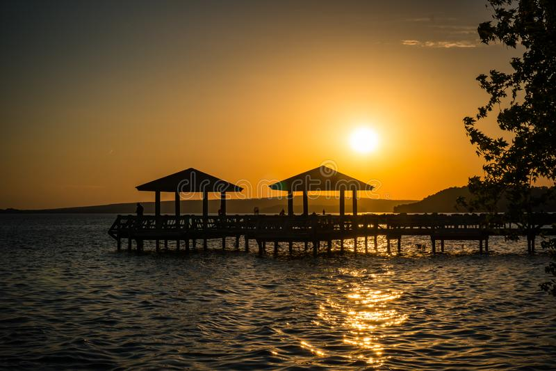 Пристань рыболовства на заходе солнца стоковое изображение
