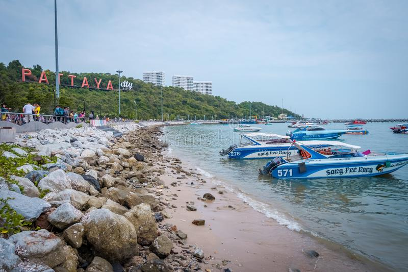 Пристань с взглядом знака города Паттайя на пристани, южной Паттайя, Таиланде стоковое фото rf