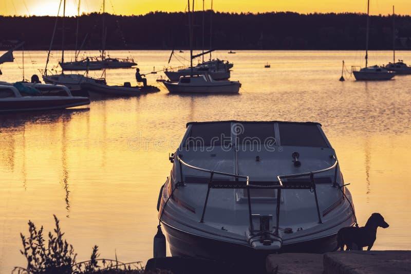 Пристань с рыболовами и шлюпками на восходе солнца стоковые изображения