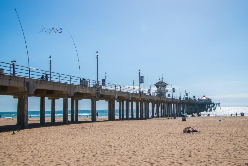 Пристань Huntington Beach как увидено на солнечный день от взгляда пляжа смотря вверх показывающ конкретные штендеры на нижней ст стоковая фотография rf