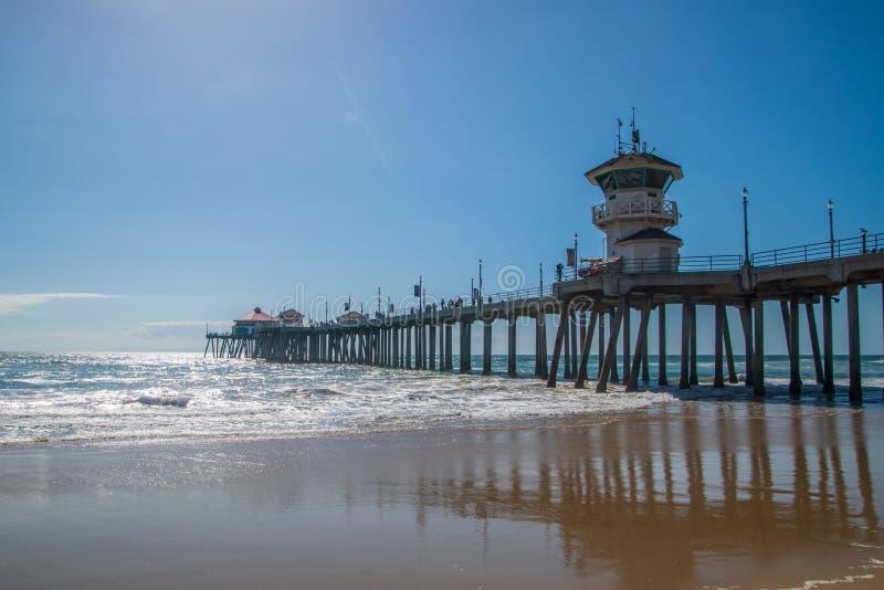 Пристань Huntington Beach как увидено на солнечный день от взгляда пляжа смотря вверх показывающ конкретные штендеры на нижней ст стоковые изображения rf