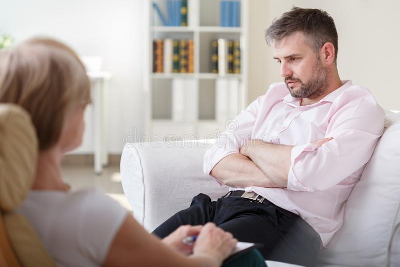 Пристрастившийся бизнесмен на встрече психотерапии стоковые изображения