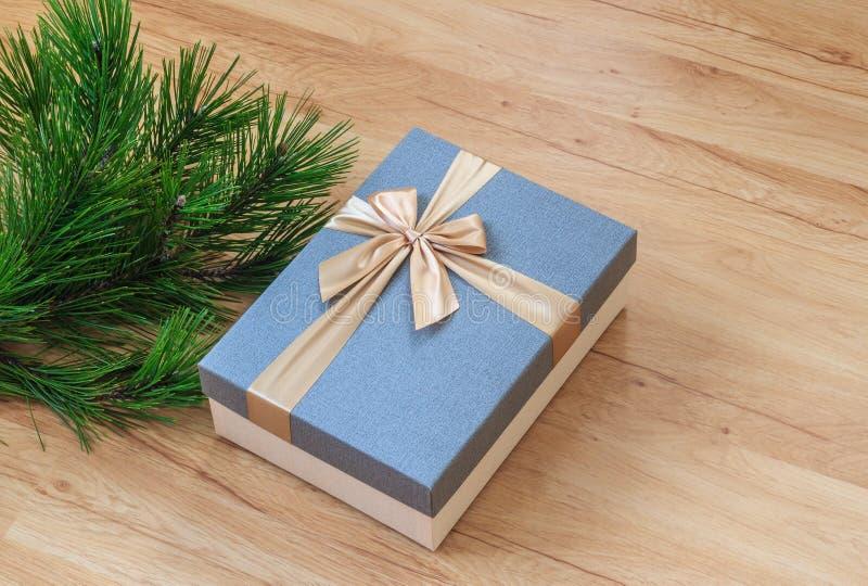 Присутствующая коробка около сосны стоковое изображение