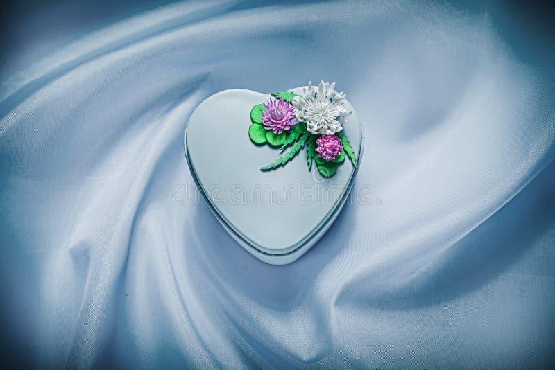 Присутствующая коробка с цветками на голубых праздниках предпосылки ткани conc стоковые изображения rf