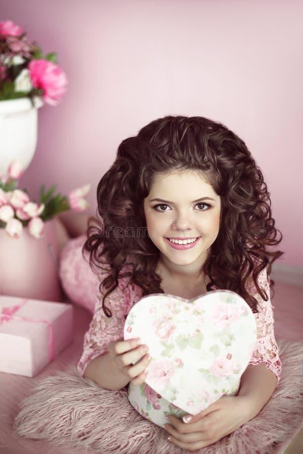 Присутствующее красивого портрета девушки подростка открытое, романтичное surpri стоковое фото rf