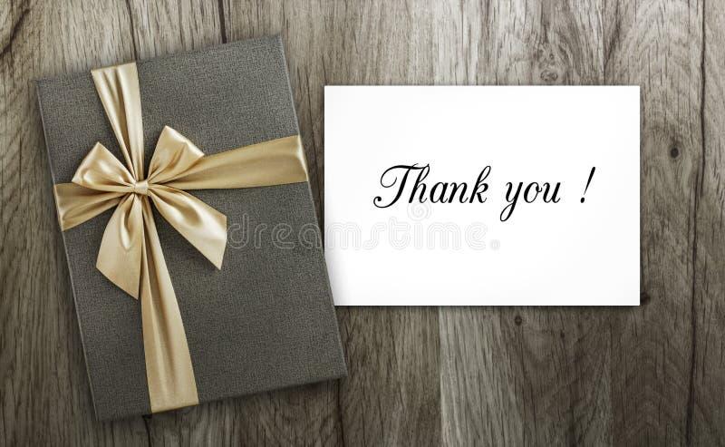 Присутствующий и спасибо карточка на древесине стоковое фото