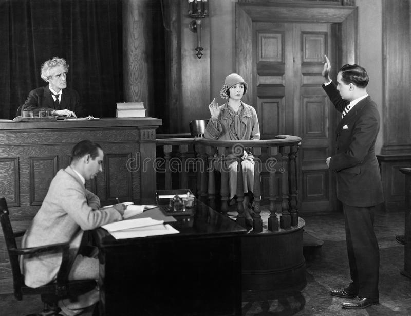 Присягать в заверителе в зале судебных заседаний (все показанные люди более длинные живущие и никакое имущество не существует Гар стоковые изображения