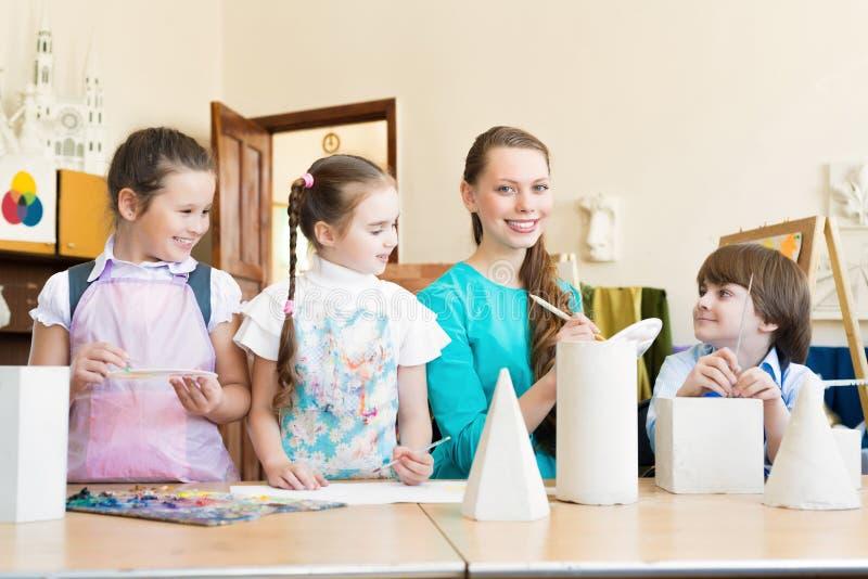 Притяжка детей с учителем стоковые фотографии rf