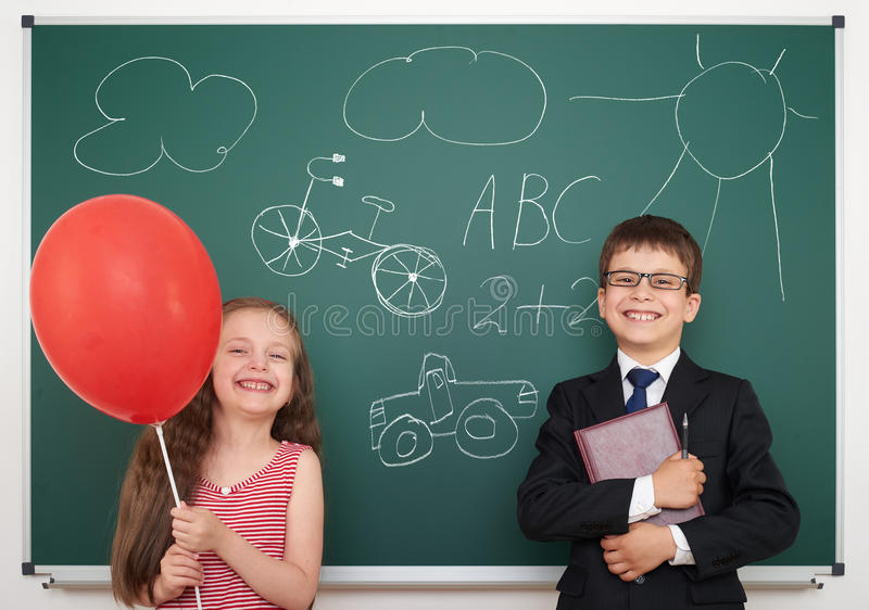 Притяжка школьника и девушки на борту стоковые изображения