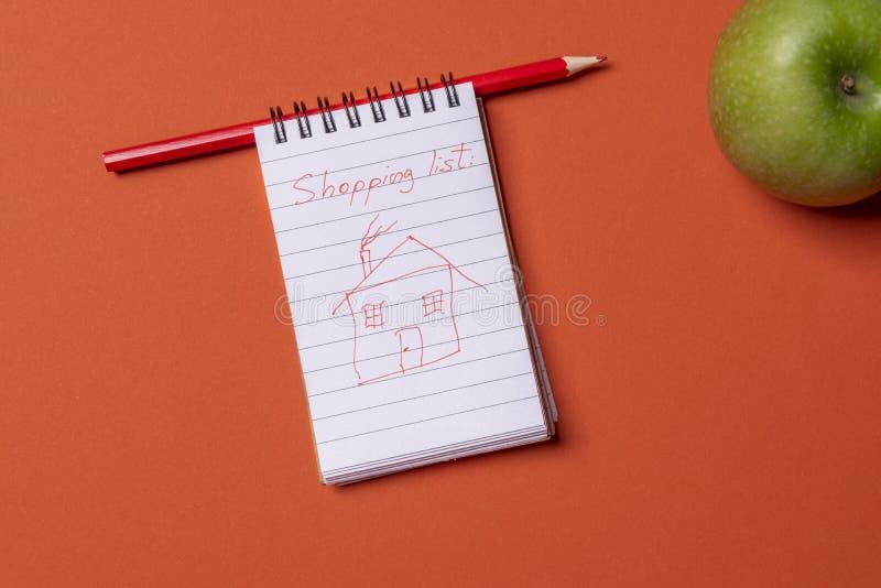 Притяжка эскиза смешного дома на странице спиральной тетради стоковое изображение