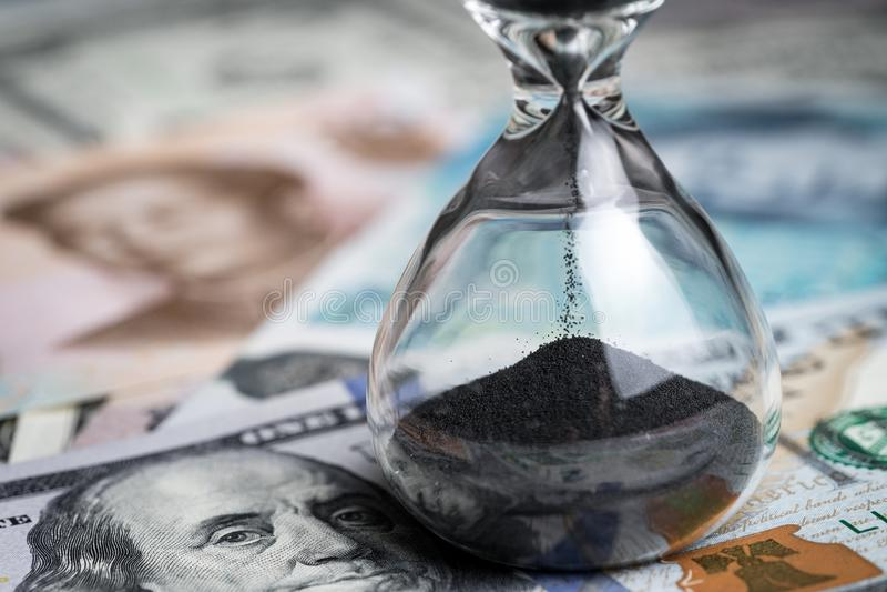 Приурочьте счёт в обратном направлении для концепции финансового кризиса мира, sandglass стоковое фото rf
