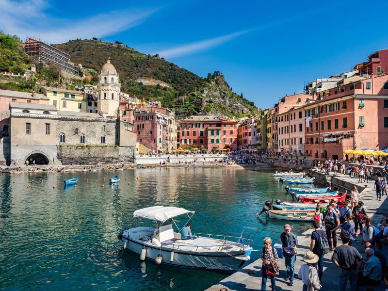 Прифронтовой взгляд главной площади и порта городка Vernazza в регионе Cinque Terre - Италии стоковое фото rf