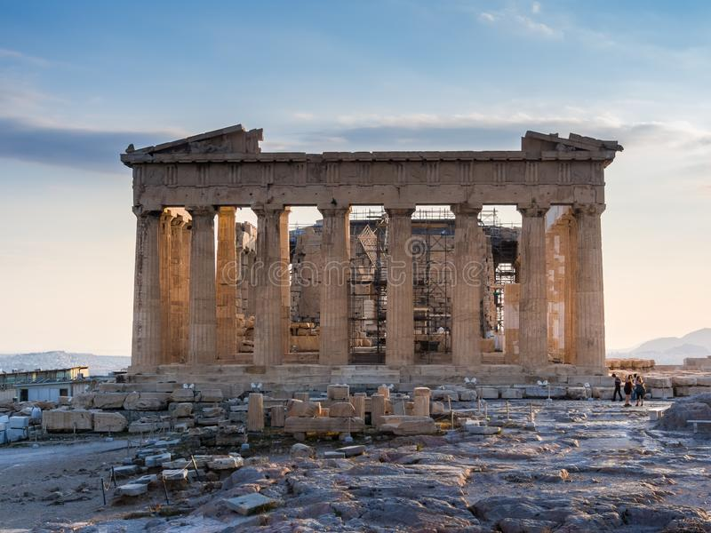 Прифронтовой взгляд Парфенона на акрополе, Афина, Греции против захода солнца стоковая фотография