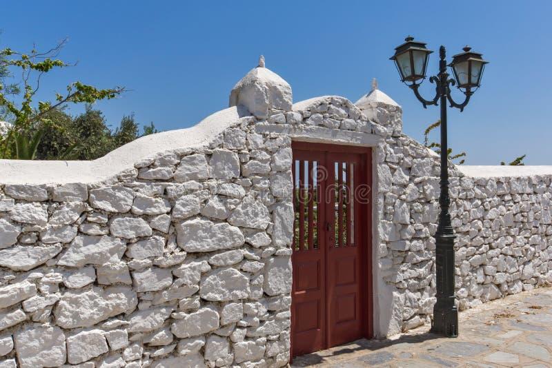 Прифронтовой взгляд монастыря Panagia Tourliani в городке Ano Mera, острова Mykonos, Греции стоковое изображение rf