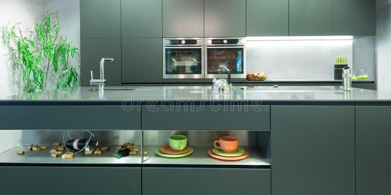 Прифронтовой взгляд современной кухни антрацита стоковые фотографии rf
