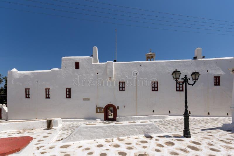 Прифронтовой взгляд inTown монастыря Panagia Tourliani Ano Mera, острова Mykonos, Греции стоковая фотография rf