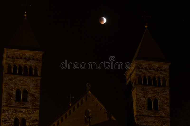 Приходить к полному затмению во время супер луны волка крови стоковое фото rf