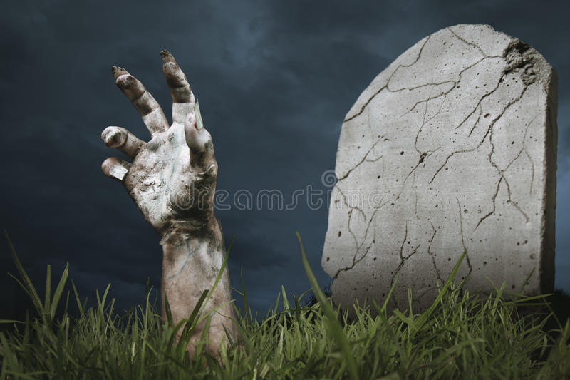 приходя земное зомби руки вне стоковые фотографии rf