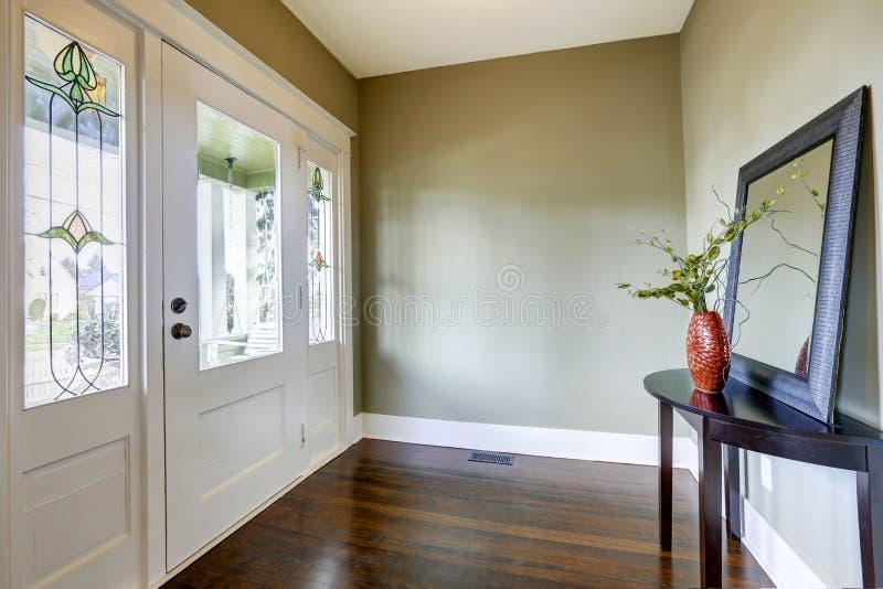 Прихожая входа с малыми таблицей и зеркалом стоковая фотография