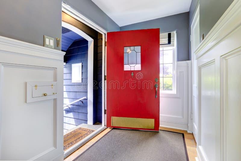 Прихожая входа с открытой красной дверью стоковое фото rf