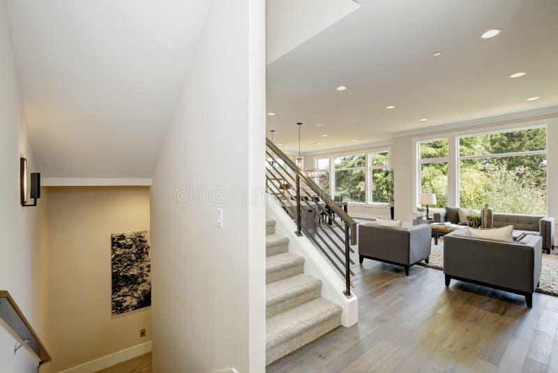 Прихожая отличает белым потолком поставленным точки с освещением бака стоковое изображение
