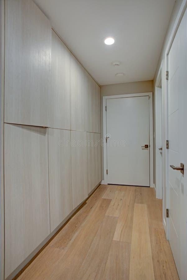 Прихожая отличает шкафами и стенами цвета слоновой кости taupe стоковая фотография