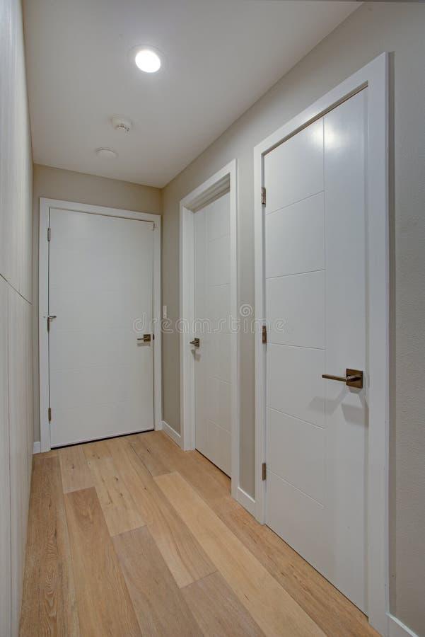 Прихожая отличает шкафами и стенами цвета слоновой кости taupe стоковое фото rf