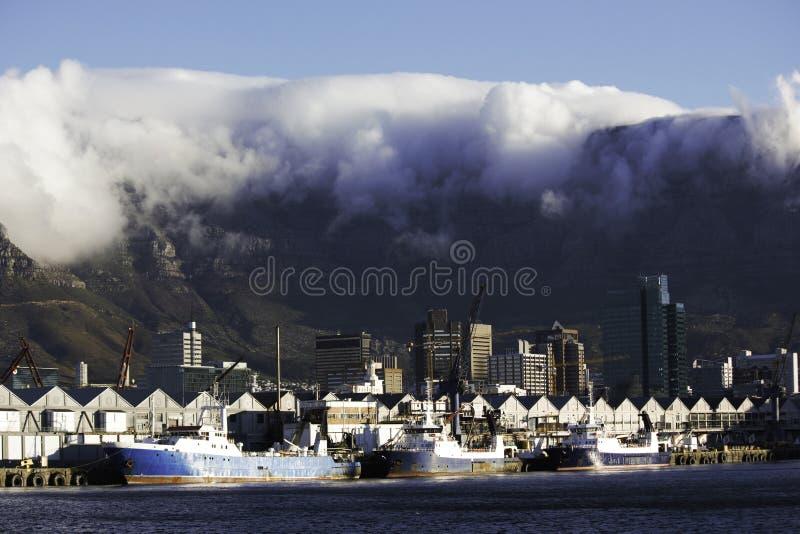 Причаленные рыболовецкие судна на гавани Кейптауна стоковая фотография rf
