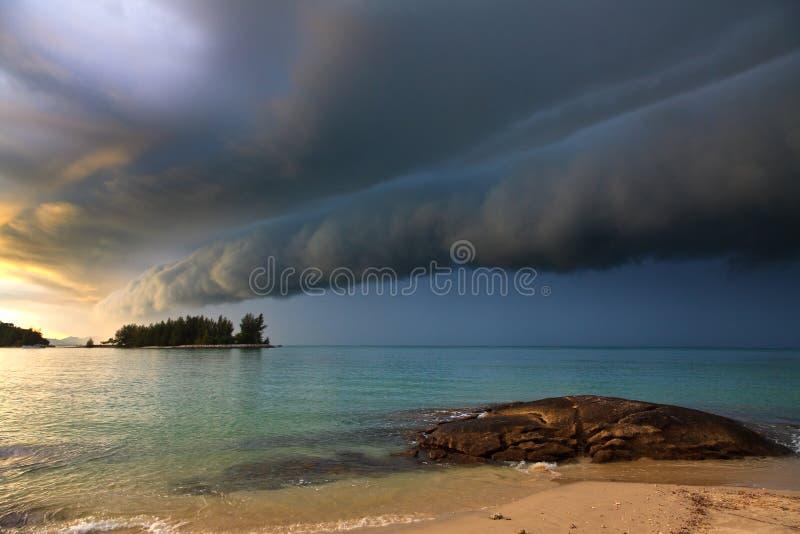 причаливая гром шторма пляжа стоковые фотографии rf