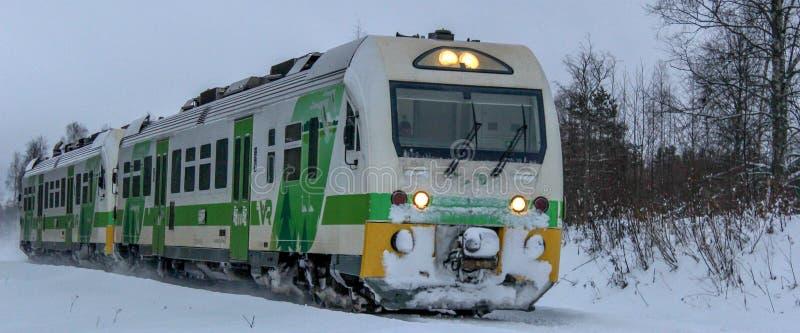 Причаливая пассажирский поезд стоковые фотографии rf