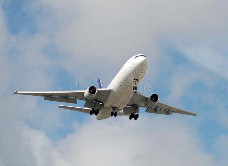 причаливая реактивный грузовой самолет стоковое фото rf