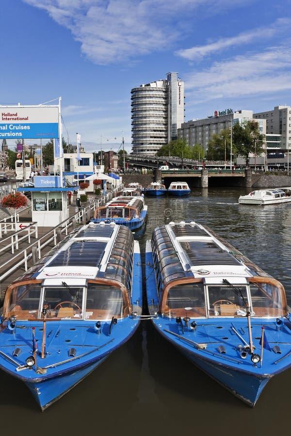 Причаленные шлюпки круиза в канале, Amsterda, Нидерландах стоковое изображение