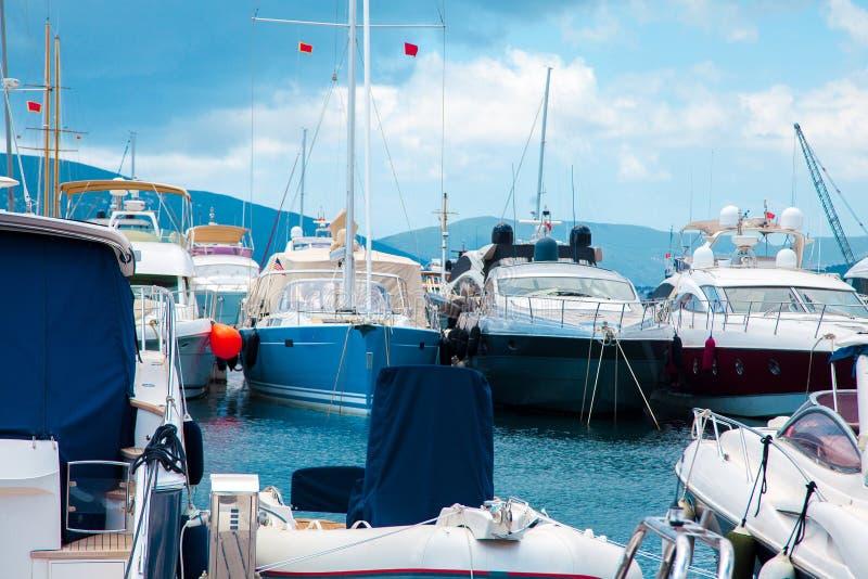 Причаленный в порте много яхт стоковая фотография rf