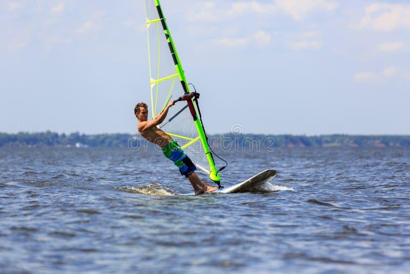 Download причаливая быстрый Windsurfer Стоковое Изображение - изображение насчитывающей фристайл, горизонт: 40587167