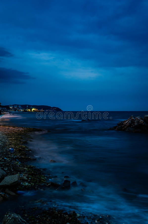 Причаливая шторм с унылой голубой атмосферой стоковые изображения rf