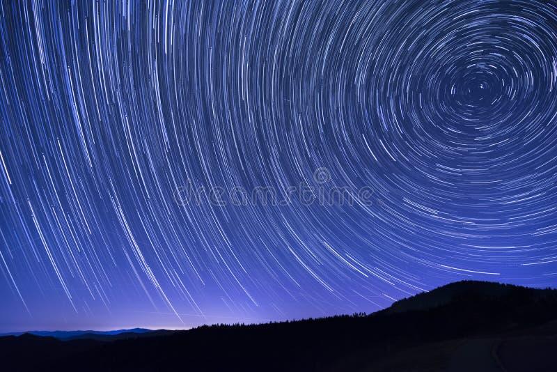 причиненная камерой звезда вращения s движения выдержки земли длинняя отставет стоковое фото