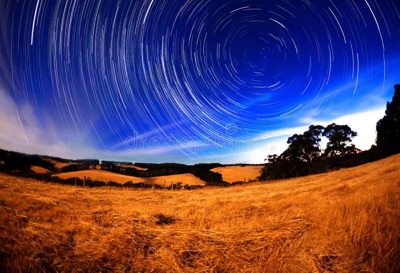 причиненная камерой звезда вращения s движения выдержки земли длинняя отставет стоковая фотография rf