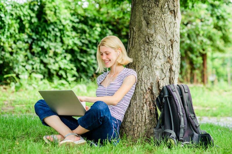 Причины почему вы должны принять ваше снаружи работы Время обеда ослабляет или перерыв на чашку кофе Природа необходима к благопо стоковое изображение