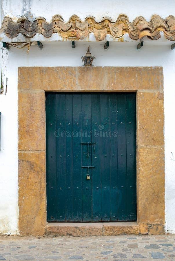 Причудливая большая голубая старая дверь в улице стоковые фотографии rf