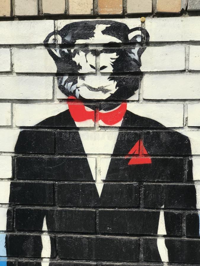 Причудливая обезьяна в смокинге с красным квадратом бабочки & карманн стоковые фотографии rf