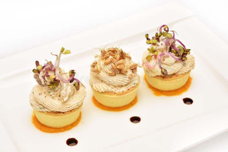 Причудливое расположение еды с здоровыми семенозачатками салата и пшеницы косуль стоковые фото